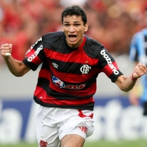ronaldo-angelim-comemora-gol-do-flamengo-contra-o-gremio-1260221846748_300x300