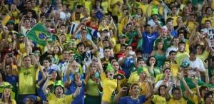 30jun2013---torcida-faz-festa-na-arquibancada-do-maracana-durante-a-vitoria-brasileira-sobre-a-espanha-na-final-da-copa-das-confederacoes-1372638344972_615x300