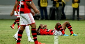 leo-moura-fica-no-chao-durante-partida-entre-flamengo-e-coritiba-pelo-brasileirao-1373153951768_956x500