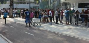 26ago2013-torcedores-do-flamengo-formam-longas-filas-por-ingressos-no-maracana-1377546343719_615x300